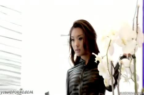 Чел мощно жарит красотку Alina Li в секс наряде