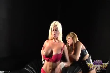 Две гламурные лесбиянки устроили трах на страпоне