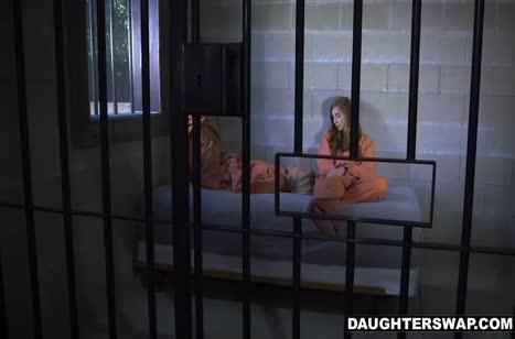 Парни воспользовались писечками двух заключенных девушек