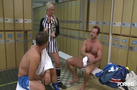 Крепкие футболисты прут сексуальную блондиночку судью