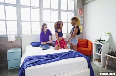 Две кудрявые девочки снимают со счастливчиком групповуху