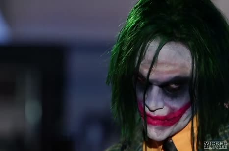 Телочки в секс нарядах отдаются Джокеру на групповуху