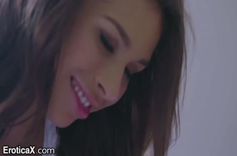 Брюнетка Carmen Caliente красиво забавляется с бойфрендом