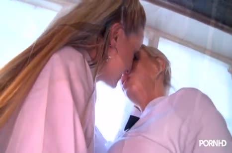 Игривые блондинки устроили развратный лесбийский секс