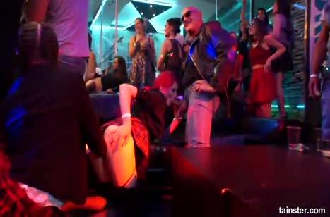 Похотливые бабенки устроили в клубе лесбийский разврат