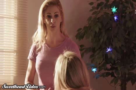 Красивые блондинки занялись нежным новогодним сексом