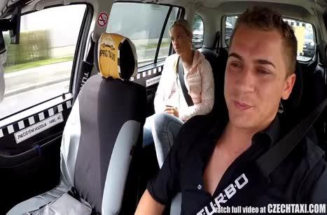 Блондинка без комплексов согласилась на секс с таксистом