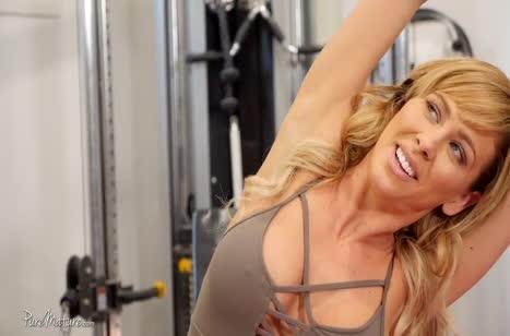 Спортивная Cherie Deville завершает тренировку сексом