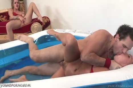 Развратные девки похотливо трахаются в надувном бассейне №5