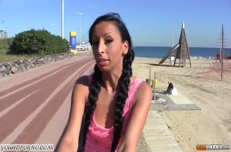 Чувак раскрутил молодку с пляжа на любительское порно