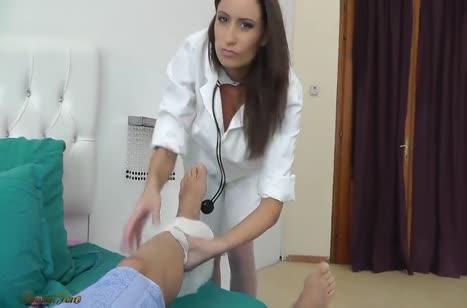 После осмотра медсестра Sensual Jane решила поиграться с членом пациента