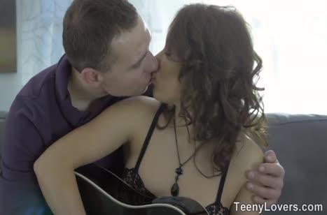 После игры на гитаре девушка отдалась своему репетитору
