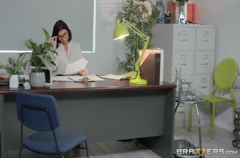 Аппетитная Ivy Lebelle устроила развратный секс на работе