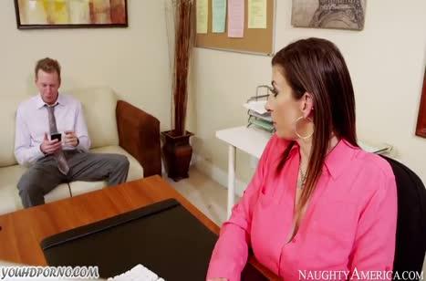 Грудастая Sara Jay позволяет себе трахаться с коллегой на работе