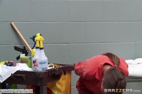 Две заключенные лесбиянки втихаря устроили жесткое соитие